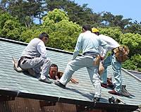 大勢の職人が集まり、 室内に自然光を取り込む天窓造り。